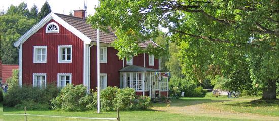 Ett boende på Granås gård med en huvudbyggnad med stall och ridhus. Dessutom finns hus som är till uthyrning. Vi har strävat efter att i möjligaste mån bevara så mycket som möjligt av de olika husens karaktär som alla är från 1700- och 1800–talen. Husen är varsamt renoverade för att behålla sin karaktär men har bra standard för ett bekvämt boende.